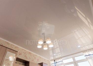 Классический глянцевый натяжной потолок с люстрой НП-176 - фото 2