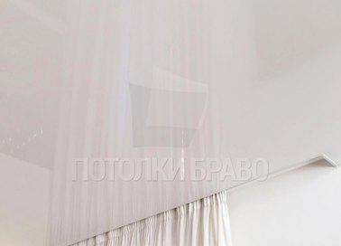 Глянцевый натяжной потолок с нишей для штор НП-180