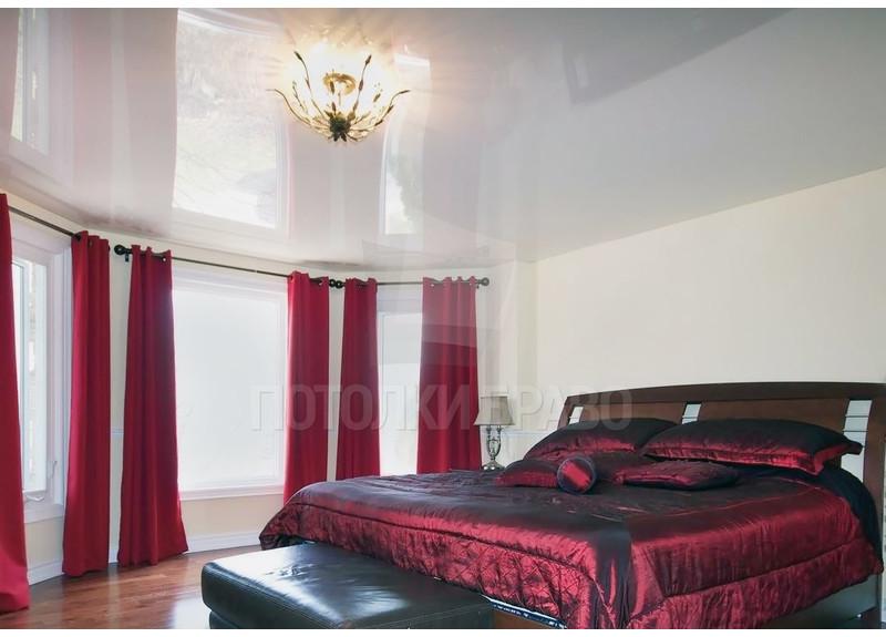 Белый глянцевый натяжной потолок для жилой комнаты НП-182