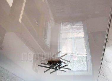 Глянцевый натяжной потолок с люстрой НП-185
