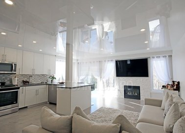 Классический глянцевый натяжной потолок для квартиры-студии НП-187