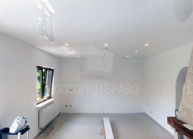 Глянцевый натяжной потолок для гостиной НП-188