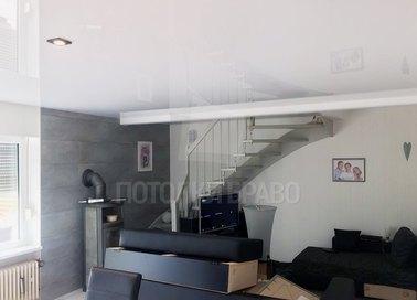 Глянцевый белый натяжной потолок для кирпичного дома НП-190