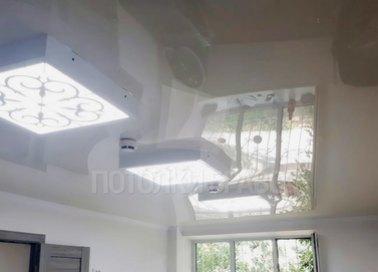 Глянцевый натяжной потолок с люстрой НП-191