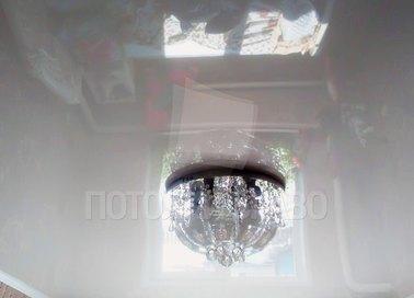 Глянцевый натяжной потолок с люстрой НП-194