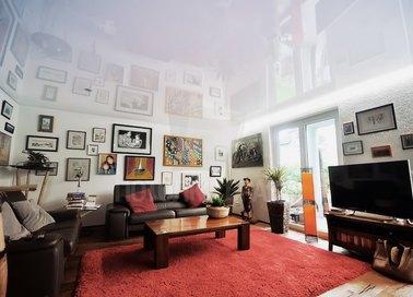 Глянцевый натяжной потолок для жилой комнаты НП-198