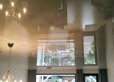 Бежевый глянцевый натяжной потолок для жилой комнаты НП-200