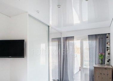 Белый глянцевый натяжной потолок для жилой комнаты НП-207