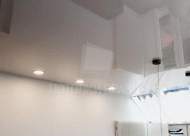 Глянцевый натяжной потолок со светильниками НП-208