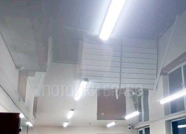Серый зеркальный натяжной потолок для офиса НП-217