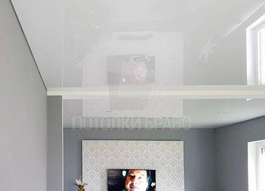 Классический светлый натяжной потолок для жилой комнаты НП-220 - фото 2