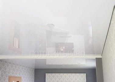 Классический светлый натяжной потолок для жилой комнаты НП-220