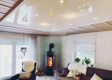 Белый глянцевый натяжной потолок для кирпичного дома НП-222