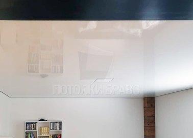 Серый глянцевый натяжной потолок в комнату НП-225