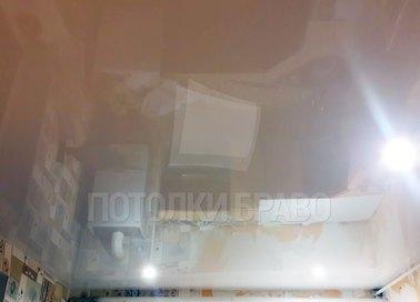 Глянцевый бежевый натяжной потолок в жилую комнату НП-229