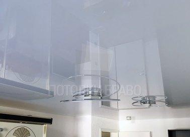 Глянцевый натяжной потолок со спиральной люстрой НП-233 - фото 2