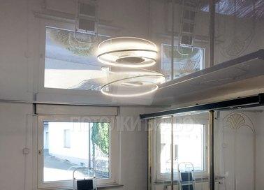 Глянцевый натяжной потолок со спиральной люстрой НП-233 - фото 3