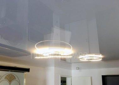 Глянцевый натяжной потолок со спиральной люстрой НП-233