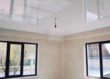 Глянцевый натяжной потолок для современной квартиры НП-235