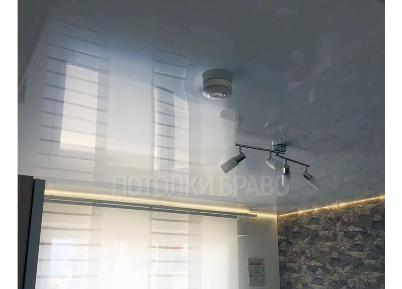 Серый глянцевый натяжной потолок с желтой подсветкой НП-240