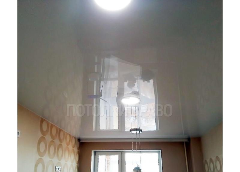 Глянцевый зеркальный натяжной потолок с нишей для штор НП-242