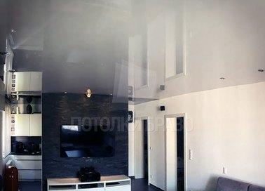 Современный серый глянцевый натяжной потолок НП-243