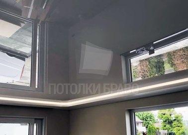 Глянцевый черный натяжной потолок для кирпичного дома НП-252