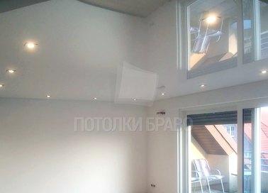 Глянцевый натяжной потолок со светильниками по периметру НП-254