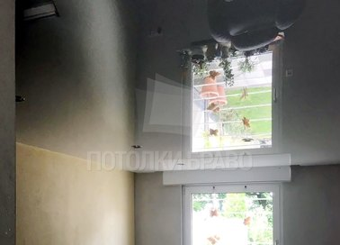 Глянцевый черный натяжной потолок для кирпичного дома НП-255