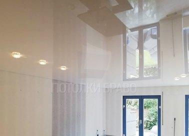 Глянцевый белый натяжной потолок со светильниками НП-257