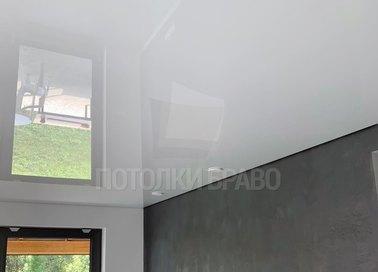 Глянцевый белый натяжной потолок для кирпичного дома НП-259