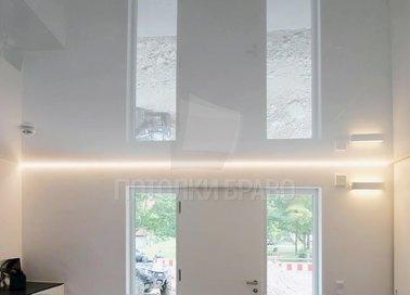 Глянцевый белый натяжной потолок для прихожей НП-261 - фото 2