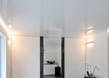 Глянцевый белый натяжной потолок для прихожей НП-261 - фото 3