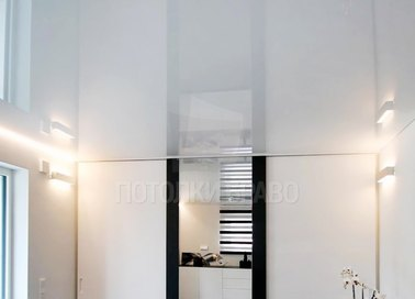 Глянцевый белый натяжной потолок для прихожей НП-261