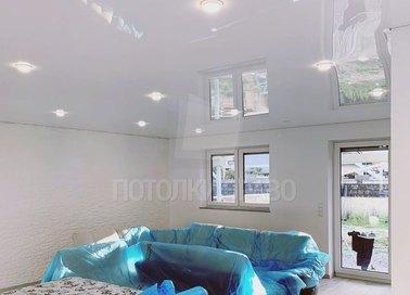 Глянцевый зеркальный натяжной потолок для кирпичного дома НП-263