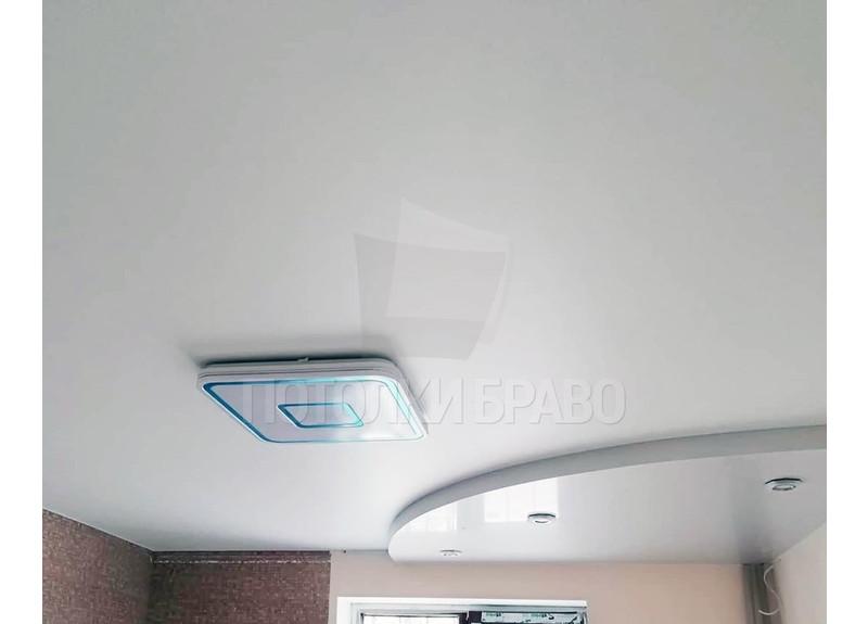 Белый сатиновый натяжной потолок с люстрой НП-279