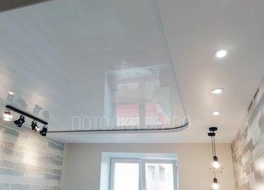 Глянцевый белый в жилую комнату натяжной потолок НП-286