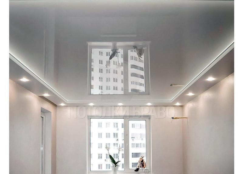 Серый глянцевый натяжной потолок со светильниками НП-290