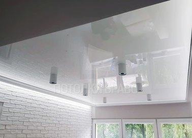 Глянцевый натяжной потолок с цилиндрическими светильниками НП-292