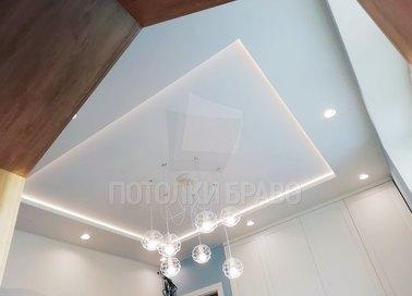 Белый матовый натяжной потолок с красивой люстрой для кухни НП-300