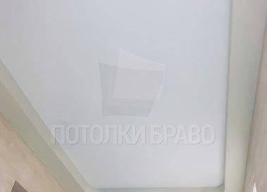 Двухуровневый молочный натяжной потолок для балкона НП-306