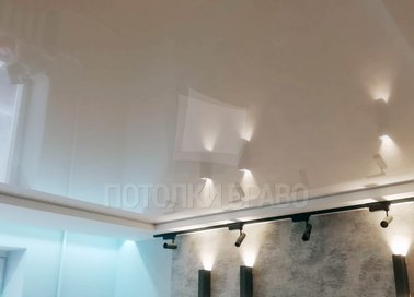 Бежевый матовый натяжной потолок со светильниками НП-318