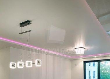 Молочный сатиновый натяжной потолок с сиреневой подсветкой НП-319
