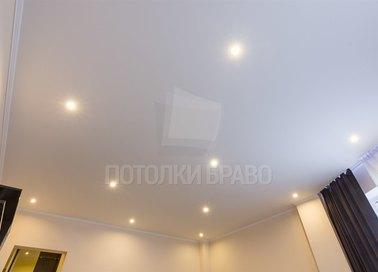 Белый сатиновый натяжной потолок с маленькими светильниками НП-322