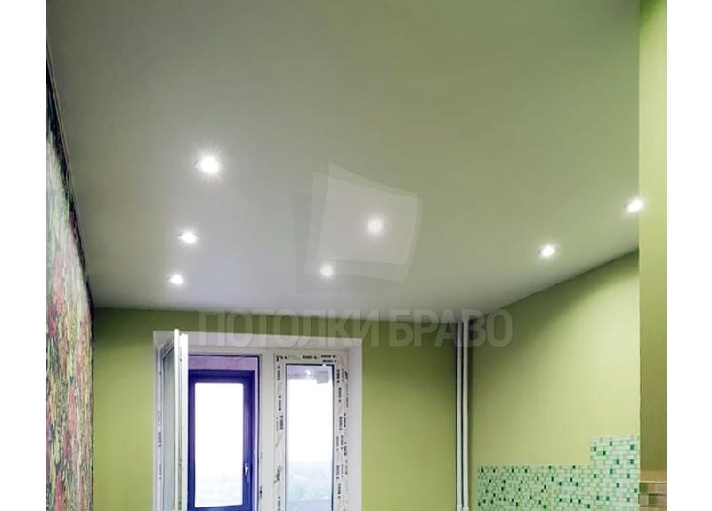 Салатовый сатиновый натяжной потолок для жилой комнаты НП-332