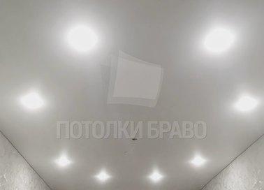 Матовый натяжной потолок с освещением по кругу НП-339