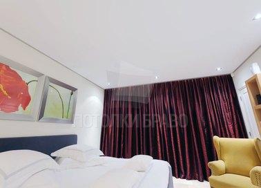Сатиновый белый натяжной потолок в классическом стиле НП-341