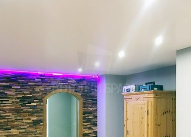 Сатиновый натяжной потолок с фиолетовой подсветкой НП-346