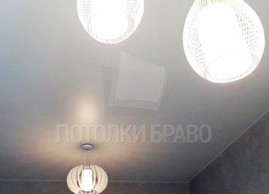 Серый матовый натяжной потолок с люстрой НП-355