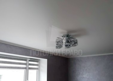 Серый матовый натяжной потолок с аккуратной люстрой НП-356